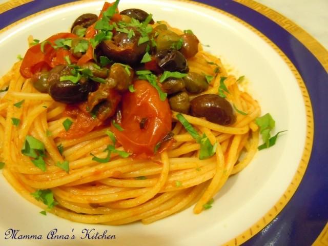 puttanesca aglio e olio con pomodorini