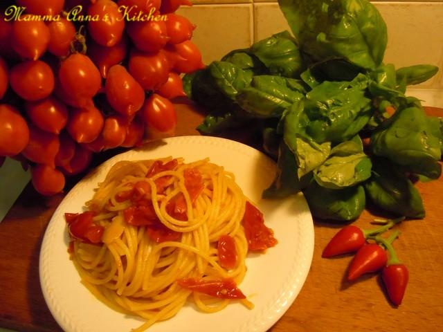 spaghetti aglio, olio e pomodorini di piennolo