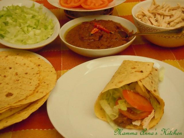 Si chiamano tacos o burritos e sono tipici della cucina tex-mex, in effetti sono tortillas riempite in vario modo, carne, pollo, maiale ed è un piatto completo...CLICK TO CONTINUE